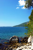 Meerblick in Montenegro an einem klaren sonnigen Sommertag Lizenzfreie Stockfotos