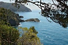 Meerblick nahe Cinque Terre, in Ligurien, Framura, Italien Ein blaues Meer mit bloßen Bergen Mittelmeerb?ume stockbild