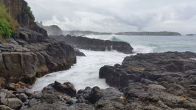 Meerblick-schwermütiger Sturm bewegt auf Felsen wellenartig stock video