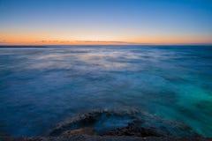 Meerblick shopt des Sonnenuntergangs über Mittelmeer stockfotografie