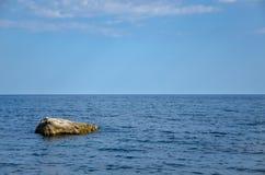 Meerblick, Stein im Meer Lizenzfreies Stockfoto