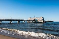 Meerblick-Strand im Frühjahr mit Leuten auf Pier Stockbild