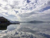 Meerblick-Switzerland See Zug-Boots-Dock-Wasser-Reflexion stockfoto