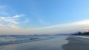Meerblick und Berg mit Schönheit setzen in der Panoramaansicht auf den Strand stockfotografie