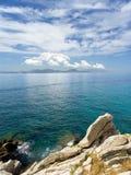 Meerblick und Felsen stockfoto