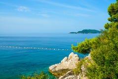 Meerblick und Steine in Montenegro, Europa Stockfotos