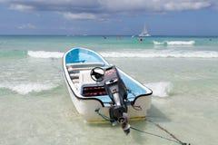 Meerblick und touristisches Drehzahlboot stockfoto
