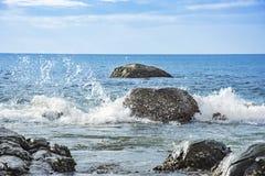 Meerblick und Wasser spritzt den Stein Stockbilder
