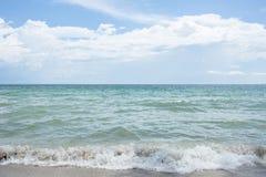Meerblick und weiße Wolken mit blauem Himmel Stockfotos
