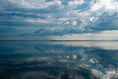 Meerblick und Wolkenreflexion im Wasser in Gili Air Island lizenzfreies stockfoto