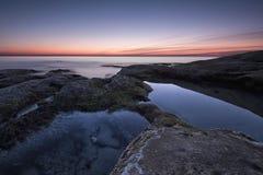 Meerblick während des Sonnenaufgangs Schöner natürlicher Meerblick, blaue Stunde Felsiger Sonnenaufgang Seesonnenaufgang an der S stockbilder