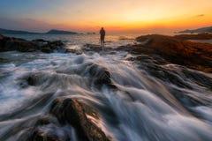 Meerblick während des Sonnenaufgangs Schöner natürlicher Sommermeerblick stockfotografie