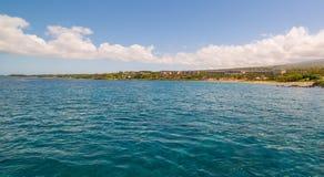Meerblickansicht der Küste von Tropeninsel lizenzfreie stockfotos