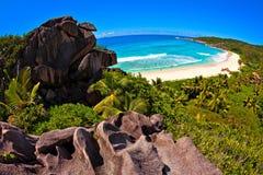 Meerblickansicht mit sehr große Steine Lizenzfreie Stockbilder