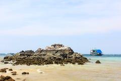 Meerblickansicht am Tag des blauen Himmels bei Koh Larn, Pattaya Stockfotografie