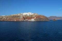 Meerblickansicht von Oia - Liitle-Stadt auf die Gebirgsoberseite in Santorin Stockfoto