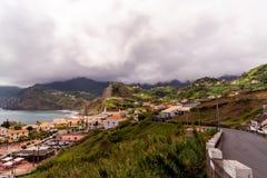 Meerblickleitlinie zu irgendeiner Stadt in Madeira und in der K?stenlinie lizenzfreies stockfoto