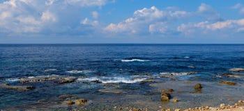 Meerblickpanorama - natürliche Felsformationen am blauen Wasser der Küste und des freien Raumes mit Lichtwellen zum Horizont Stockfotos