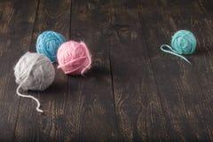 Meerderheid van ballen van verschillende kleuren voor het breien stock foto