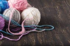 Meerderheid van ballen van verschillende kleuren voor het breien stock afbeeldingen