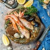 Meeresfrüchte bei Tisch mit Zitrone Lizenzfreies Stockbild