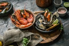 Meeresfrüchte Frische Garnelen, Austern, Miesmuscheln, Langoustines, Krake im Eis mit Zitrone lizenzfreie stockfotos