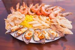 Meeresfrüchte mit Pommes-Frites und Reis lizenzfreie stockfotografie