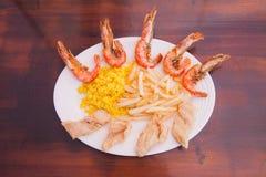 Meeresfrüchte mit Pommes-Frites und Reis stockbilder