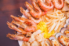 Meeresfrüchte mit Pommes-Frites und Reis lizenzfreie stockbilder