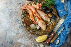 Meeresfrüchte mit Zitrone, Messer, Muscheln Lizenzfreies Stockfoto