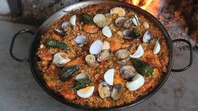 Meeresfrüchte-Paella auf einem hölzernen Feuer zu Hause stock footage