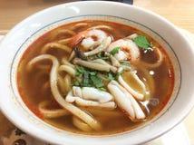 Meeresfrüchte Tom Yum Udon lizenzfreie stockfotografie