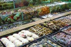 Meeresfrüchtebehälter am Markt stockbilder