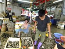 Meeresfrüchtemarkt, Fischer im Abstreifen des Austernoberteils Lizenzfreie Stockbilder