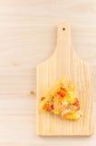 Meeresfrüchtepizza auf hölzernem Hintergrund Stockbilder