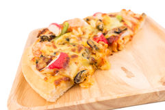 Meeresfrüchtepizza auf Weiß lokalisiertem Hintergrund Lizenzfreies Stockfoto