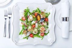 Meeresfrüchtesalat mit Muscheln, Garnelen, Kalmar, Kopfsalat, Tomaten und lizenzfreie stockfotos