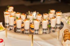 Meeresfrüchtesoße mit Kaviar in den Schnapsgläsern Lizenzfreies Stockfoto