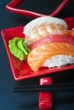 Meeresfrüchtesushi und -essstäbchen Stockfoto