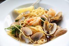 Meeresfrüchteteigwaren Spaghettis mit Muscheln, Garnelen im Abschluss oben, italienische Nahrung stockfotografie