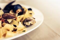 Meeresfrüchteteigwarenspaghettis Linguine-Wunschmiesmuscheln, Muscheln, Kirschtomaten, frischer Parmesankäse auf der weißen Platt lizenzfreie stockfotografie