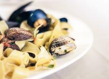 Meeresfrüchteteigwarenspaghettis Linguine-Wunschmiesmuscheln, Muscheln, Tomatensauce, frischer Parmesankäse auf der weißen Platte stockfotografie