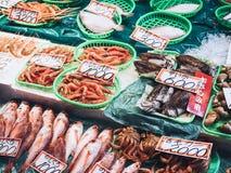 Meeresfrüchteverkaufs-Stallanzeige Fischmarkt Japans neue Stockbilder