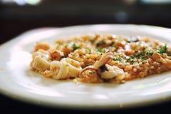 Meeresfr?chte Risotto, traditioneller italienischer Reis auf Tabelle lizenzfreie stockfotografie