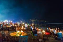 Meeresfruchtrestaurants auf Jimbaran setzen in Bali, Indonesien auf den Strand lizenzfreie stockfotografie