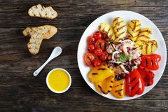 Meeresfruchtsalat mit gegrilltem Gemüse stockfoto