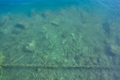Meeresgrund nahe bei dem Dock, Foto über der Oberfläche des Wassers Stockfotos