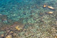 Meeresgrundglanz durch das klare Wasser Stockfotos