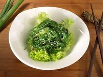Meerespflanzen-Salat mit Essstäbchen - gesunde Nahrung stockfotos