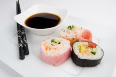 Meerespflanzen-Sushi und Sojasoße stockbild